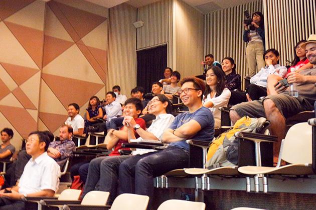 終始笑顔の客席。カメラをずっと掲げてる人、メモを取る人も。