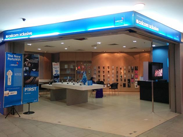 クアラルンプール市内のCelcom Axiataの販売店。アクセサリ類も販売している。