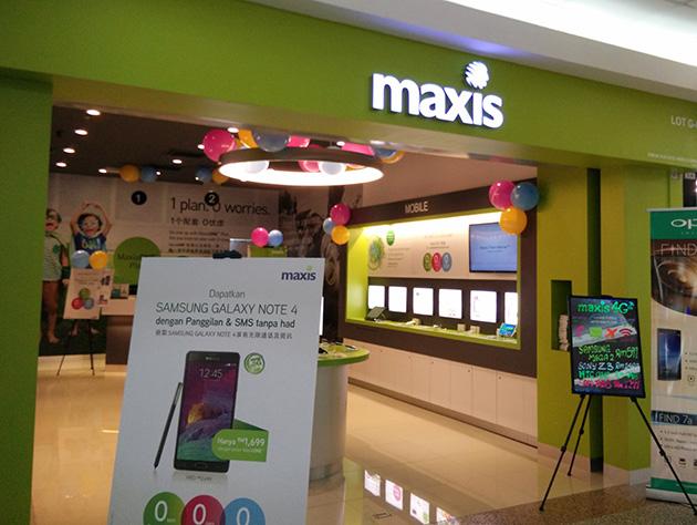 ジョホールバル市内のMaxisの販売店。スマートフォンを展示している。