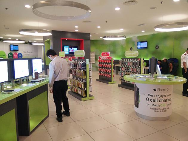 クアラルンプール市内のMaxisの販売店。広々としており、アクセサリの品揃えが豊富である。
