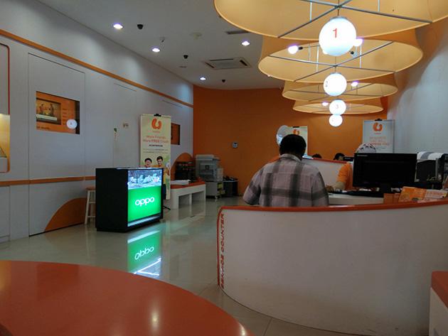 ジョホールバル市内のU Mobileの販売店には広東欧珀移動通信のブースが設けられている。U Mobileのコーポレートカラーである橙色を基調とした店内に広東欧珀移動通信の緑色はよく目立つ。