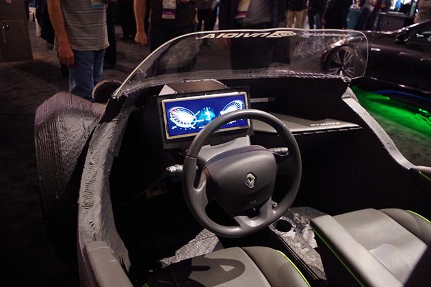 数十日かけてパーツを出力して製作された3Dプリンティングカーは実際に運転することができる。