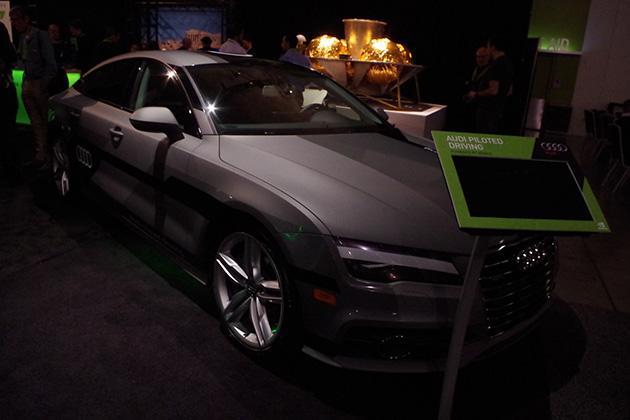 自動運転車両用に開発されたDRIVE PXで車体に取り付けられたられた複数のカメラの映像を同時に解析するデモなどが紹介されていた。