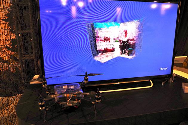 Parrotがデモ展示していたGPU搭載のドローン。活用事例として飛行中に撮影した画像を3Dでリアルタイムレンダリングする機能が紹介されていた。