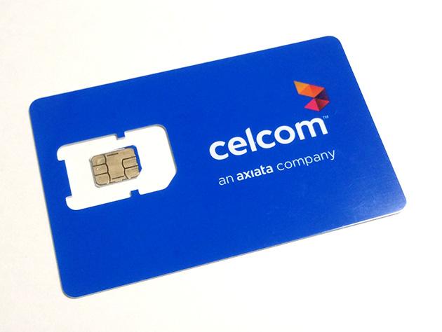 Celcom AxiataのプリペイドSIMカードと台紙。