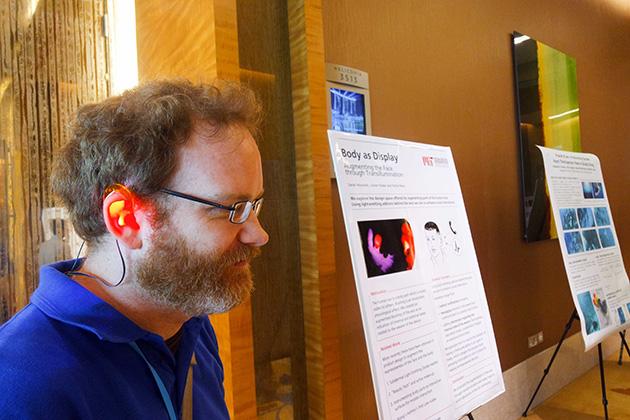 MITと提携している、シンガポールSUTDの研究 Body as Display.電話がかかってきた、誰かと話しているなどの状態をむしろ他人に見せる