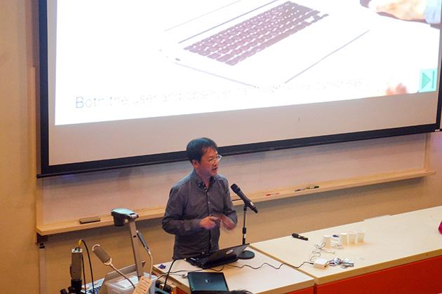 プレゼンテーション中の稲見先生。かつて開発に携わったRobot Phoneがサイエンスセンターで展示されたことがあり、観客にとっては「あの人が!」みたいな反応も