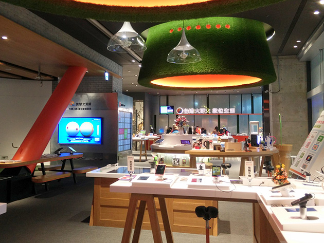 Foxconnと戦略的提携を締結した台湾大哥大はお洒落な販売店も構える。