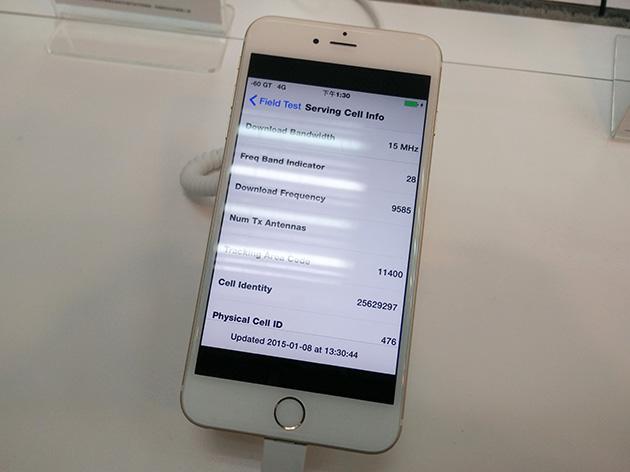 亞太電信のサービスセンターに展示されているApple iPhone 6 Plus。通知バーにはGTと表示されているが、帯域幅が15MHz幅となっており、間違いなく台湾大哥大のネットワークであることが分かる。