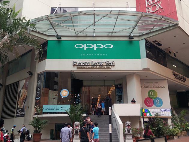最も目立つPlaza Low Yatの入り口にはOPPOが広告を出していた。