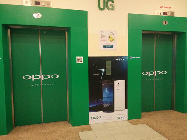 Plaza Low YatのエレベータまでOPPOの広告に染まっていた。