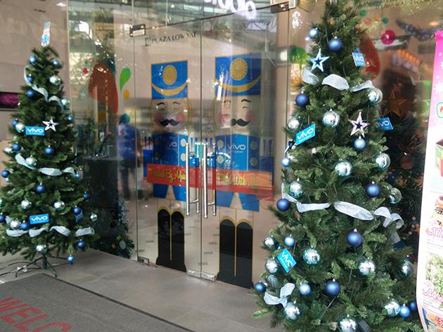 Plaza Low Yatのドアはvivoの広告となっていた。また、vivoがクリスマスツリーを設置していた。
