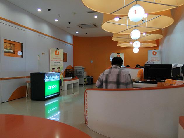 U Mobileの販売店内にはOPPOの販売ブースが設置されていた。U Mobileの企業カラーである橙色の店内にOPPOの緑色はよく目立っていた。
