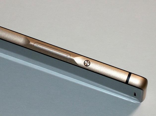 InFocus M810 VoLTE版本の側面。金色を帯びており、高級感を演出している。