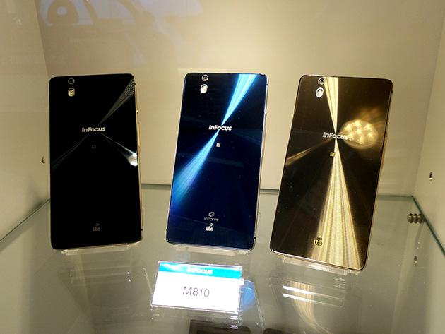 亞太電信の体験館に展示中のInFocus M810。中央がInFocus M810 藍寶石限定版である。