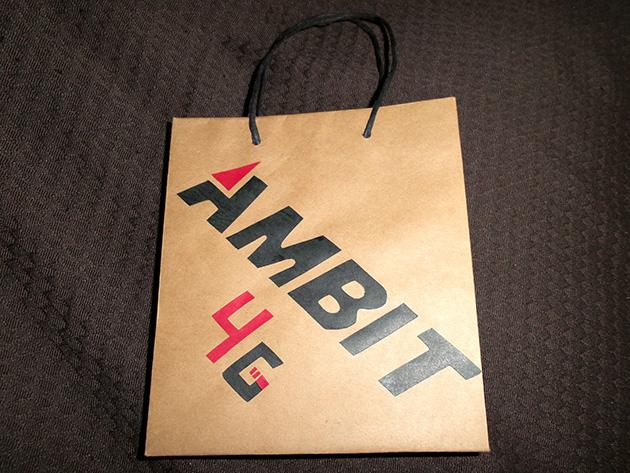 國碁電子の手提げ袋は手作りとなっており、無地の紙製手提げ袋にロゴタイプが貼り付けられている。