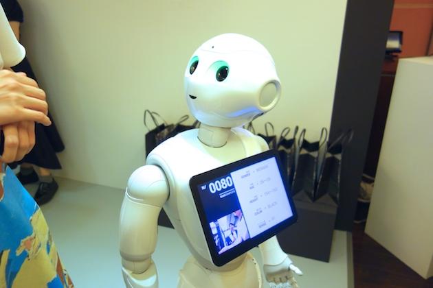 来場客とコミュニケーションを取る感情を持ったパーソナルロボット「Pepper」