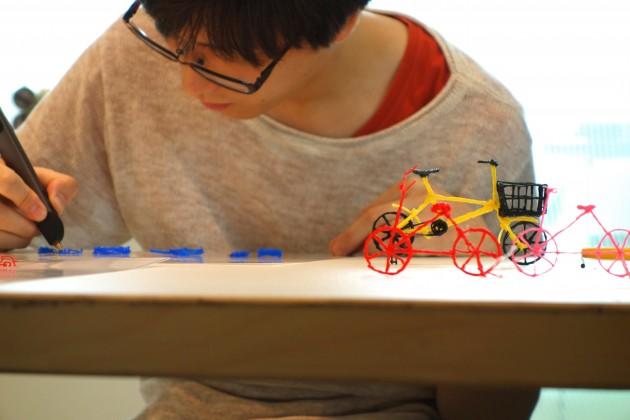 テンプレートに沿って慎重にペンを動かす参加者