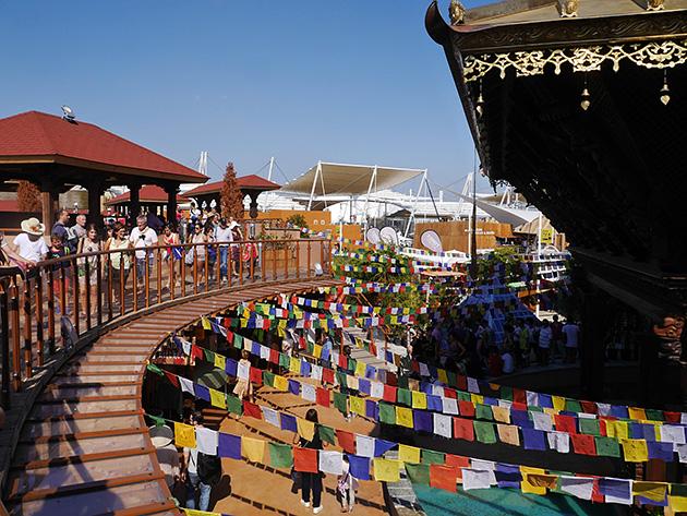 ネパール館。5色のタルチョが輝く。