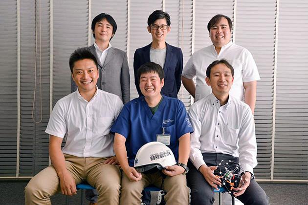 Project Hecatoncheirのメンバー。今回のインタビューは前列3人が中心となっているが、ほかにも円城寺氏(後列左)、ドローン導入アドバイザー兼広報担当の稲田悠樹氏(後列中央)、医療工学アドバイザー沼田慎吉氏(後列右)が専門家として参加している。