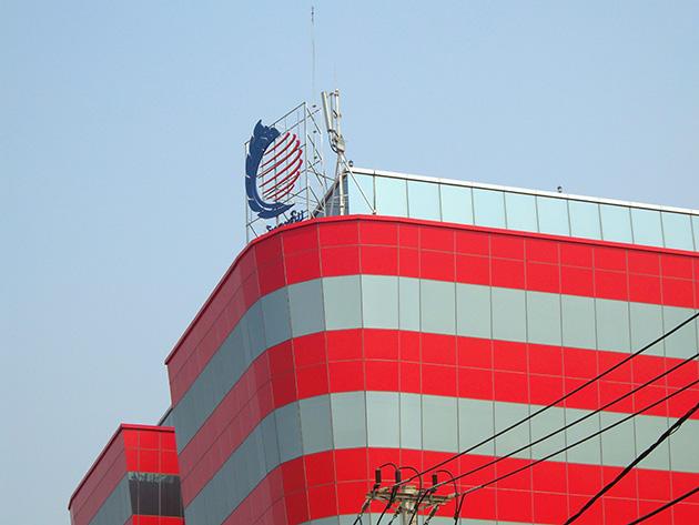 ラオスで最初にLTEサービスを開始したLTCの本社ビルにはLTCのロゴと基地局が並んでいる。