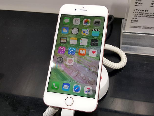 3 Macauの販売店で展示されているApple iPhone 6s。LTEサービスの開始前であるが、3 MacauのLTEネットワークに接続している。
