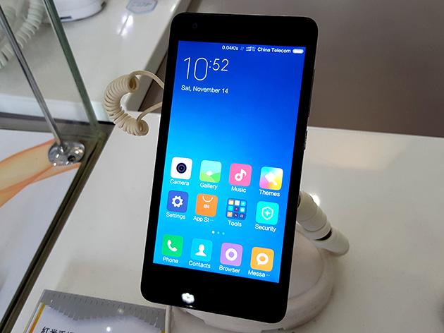 中國電信(澳門)の販売店で展示されているXiaomi Redmi 2。LTEサービスの開始前であるが、中國電信(澳門)のLTEネットワークに接続している。