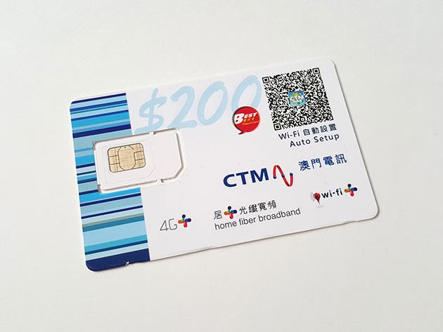 """""""Online Everywhere in Macau"""" 4G+ Prepaid Card PackageのSIMカードと台紙。台紙の絵柄は印刷ではなくシールが貼られていた。"""
