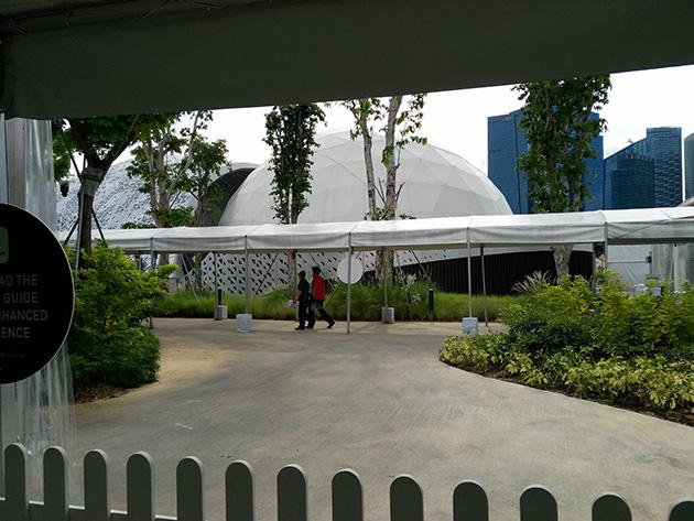 屋外にドーム型のパビリオンが並ぶ