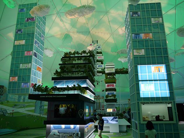 巨大なパビリオン内に、未来の生活や仕事のイメージがいくつも展示されている。もちろん空にはドローンが舞う。
