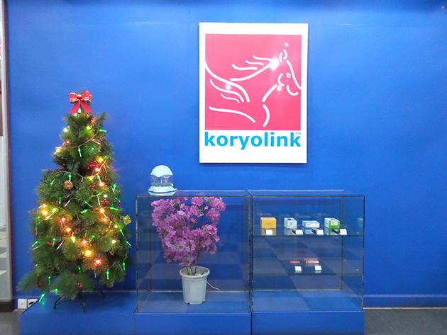 koryolink Sales & Customer Service Centerには販売中のスマートフォンなどを展示していた。また、季節に関係なくクリスマスツリーが飾られていた。