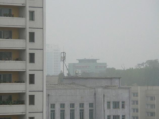 平壌の中心部に位置する建物の屋上に設置されているCHEO Technologyの基地局。