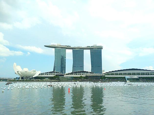 シンガポールの代表的なホテルで特徴的な外観を持つマリーナベイサンズ。