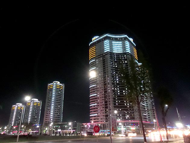 平壌の中心部は夜にライトアップされており、賑やかな印象を受けた。