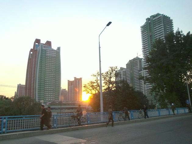 大同江沿いに位置する未来科学者通りの建物。