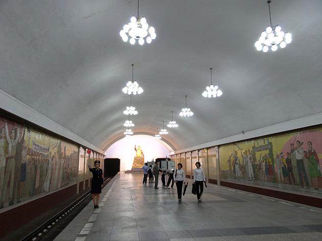平壌地下鉄千里馬線の凱旋駅。