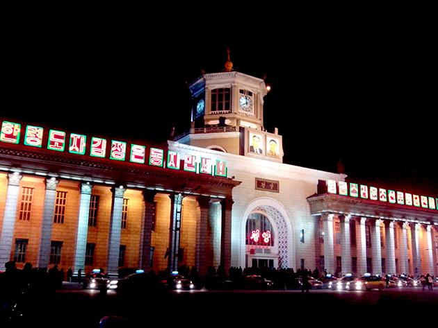 平壌駅をArirang AS1201で撮影した。夜でも綺麗に撮影できる。