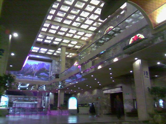 平壌高麗ホテルのロビーをPyongyang2404で撮影した。写真にはノイズが目立つが、カメラとして使えなくはない。
