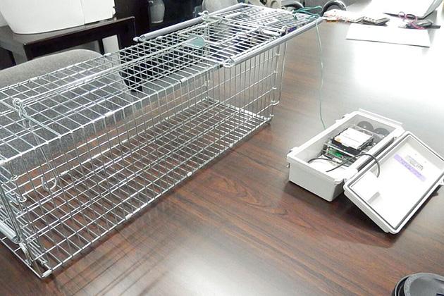 鳥獣を捕獲する罠にセンサーと携帯電話の通信機能を付けた監視装置を用いた「みまわり楽太郎」