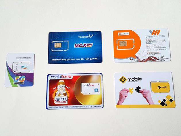 Viettel Telecom(左)、VinaPhone(中上)、MobiFone(中下)、Vietnamobile(右上)、GTEL-Mobile(右下)のSIMカード。