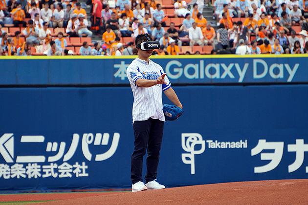 Gear VRを装着して始球式を前に選手から投球のアドバイスを受けるファン(写真提供:Galaxy)