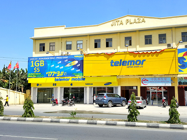 VTLのショールーム。脇には東ティモールとベトナムの国旗を掲揚する。