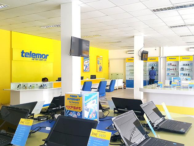 VTLのショールームではノートパソコンも展示および販売し、そこではVTLのUSBモデム型データ通信端末やデータ通信プランの案内も忘れていない。