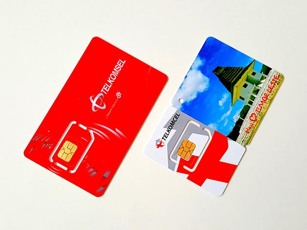 左からTelekomunikasi SelularとTelin Timor-LesteのSIMカード。
