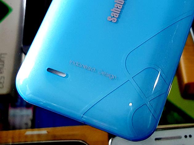 TELKOMCEL ST368のリアカバーにはIndonesia Designとプリントされる。