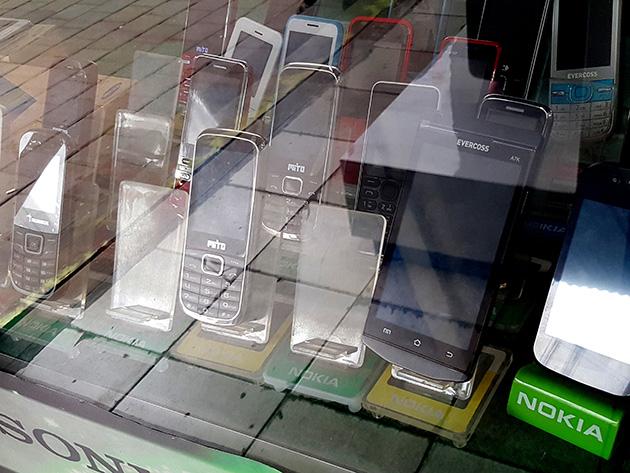 依然としてベーシックフォンが多いが、スマートフォンも増えており、いずれもインドネシアブランドが中心だ。