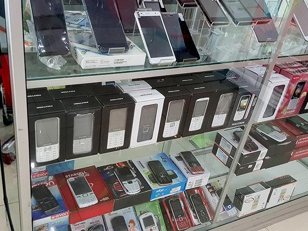 端末販売ブースでは様々なインドネシアブランドが見られる。