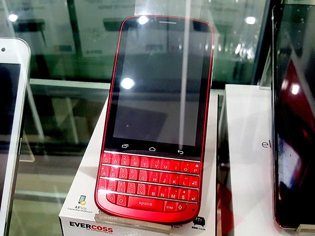 物理的なQWERTYキーボードを搭載し、BBMをプリインストールするEVERCOSS A10Qも売られる。