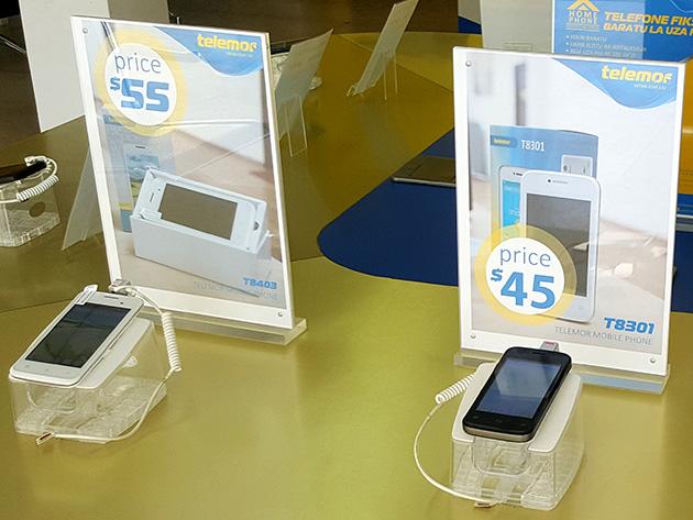 Telemorブランドのスマートフォンは安価で、左から定価が55米ドルのTelemor T8403、45米ドルのTelemor T8301。