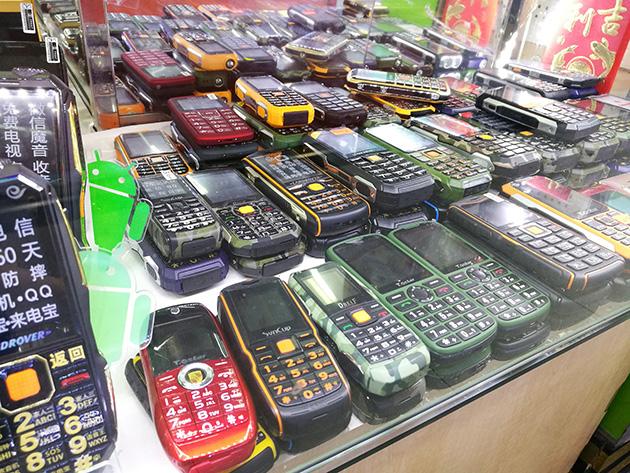 深圳の電気街にて。どれがオリジナルでどれがコピーだか判然としないハードウェアが並ぶ。